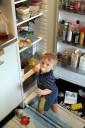 Joel vid kylskåpet