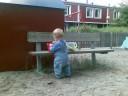Joel leker med sand och två hinkar