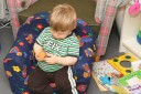 Sitter i fåtöljen på sitt rum