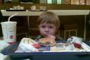 Joel äter hamburgare