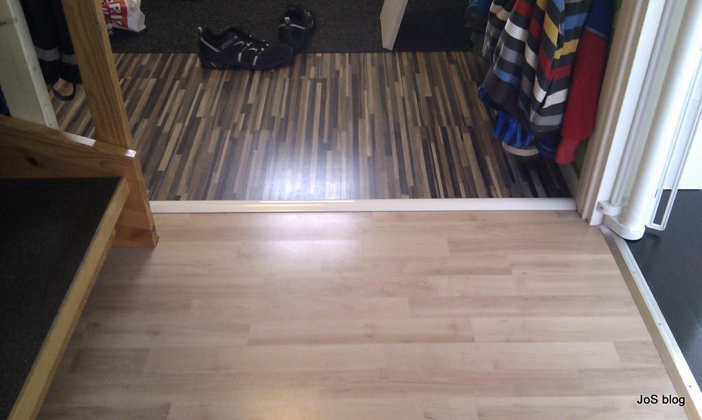 ... vi nytt golv i hallen i skarven mellan det nya och det gamla golvet la